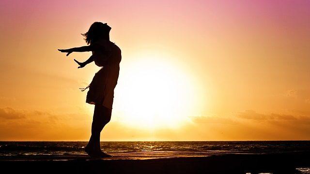 日の光を浴びて気持ちよさそうな女性