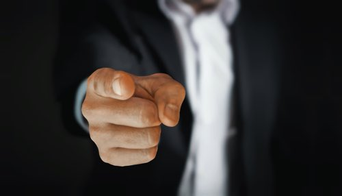 指を指してる男の人
