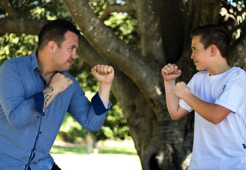 父と息子が戦っている様子