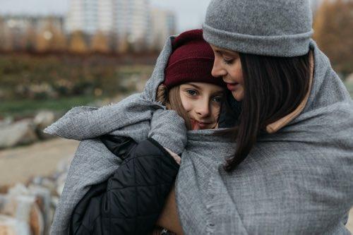 仲良く身を寄せ合うお母さんと娘