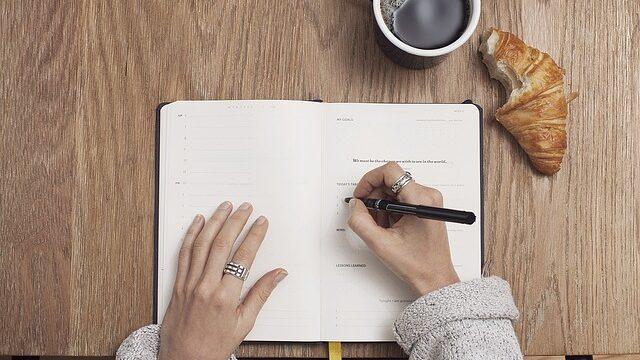 ノートに書いている