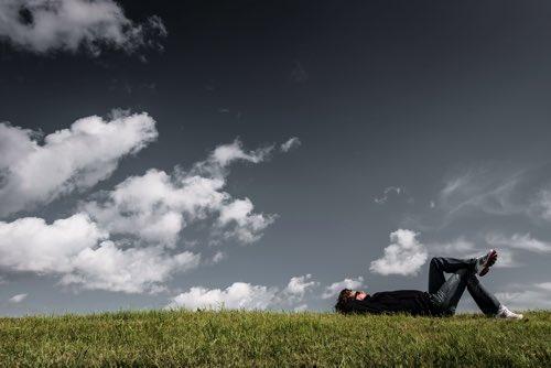 芝生に横たわる男性