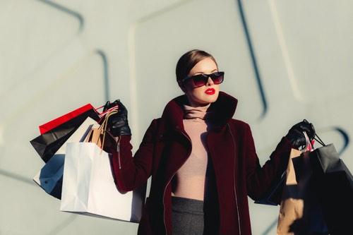 ショッピングしまくる女性