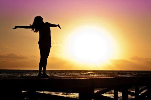 日の光を気持ちよさそうに浴びる女性