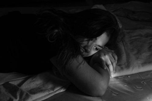 絶望し悩んでいる女性